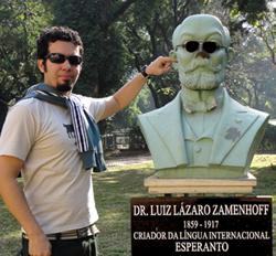 Mi kaj busto de Zamenhof en placo de San-Paŭlo.