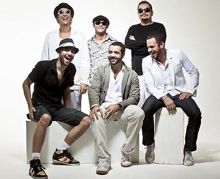 O sexteto tem uma das propostas musicais mais legais da música brasileira atual. Ouça aqui: http://www.finocoletivo.com.br