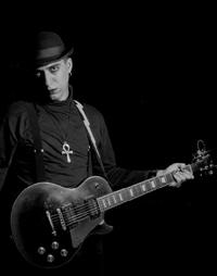 Foto antológica do ex-guitarra da Plastique, M. Mazela.