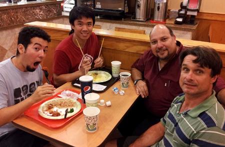 Um típico brasileiro, um típico coreano, um típico mexicano e um típico americano num típico restaurante chinês nos EUA. Intercâmbio cultural é isso!