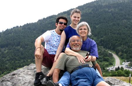 """Trilha nas montanhas com """"minha família"""" momentânea, de baixo pra cima: Franklin, Albertine e Lena."""