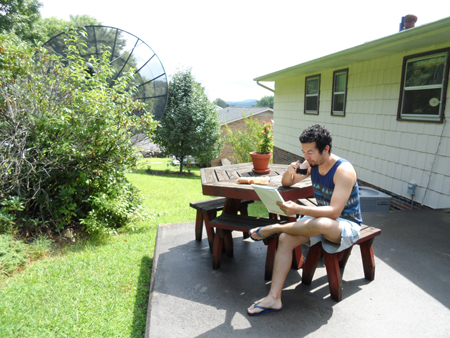 Estudar no quintal, ouvindo o canto dos pássaros, tomando um cafezinho brasileiro e comendo um pão-com-ovo não tem preço, minha gente!