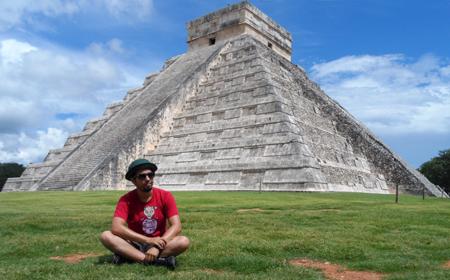 Na fantástica pirâmide de Kukulkán.