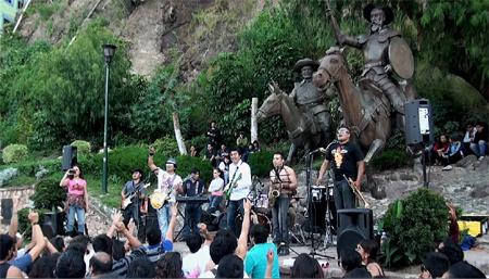Rock mexicano sob estátuas de Dom Quixote e Sancho Pança.