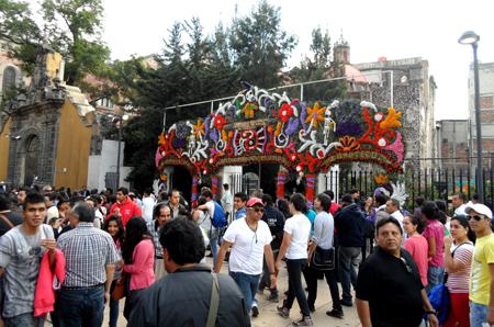 Tráfego de pessoas na Rua Francisco Madero.