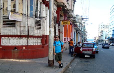 Uma das principais avenidas do centro de Havana, ali na frente já está o mar.