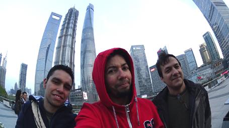 Esse prédio grandão aí atrás é a Shanghai Tower, o segundo edifício mais alto do mundo.
